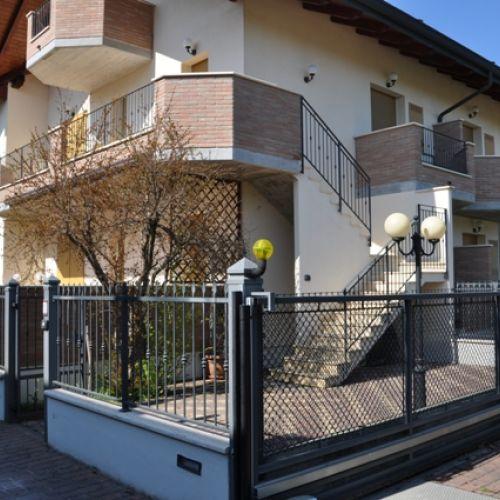 BELLISSIMO TRILOCALE IN VENDITA . Pinarella di Cervia (RA) in Via Piemonte 250 mt Pineta/Mare . Ingresso indipendete piano primo con ampi terrazzi di pertinenza.