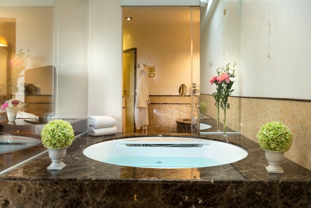 Offer Hotel with Jacuzzi in room